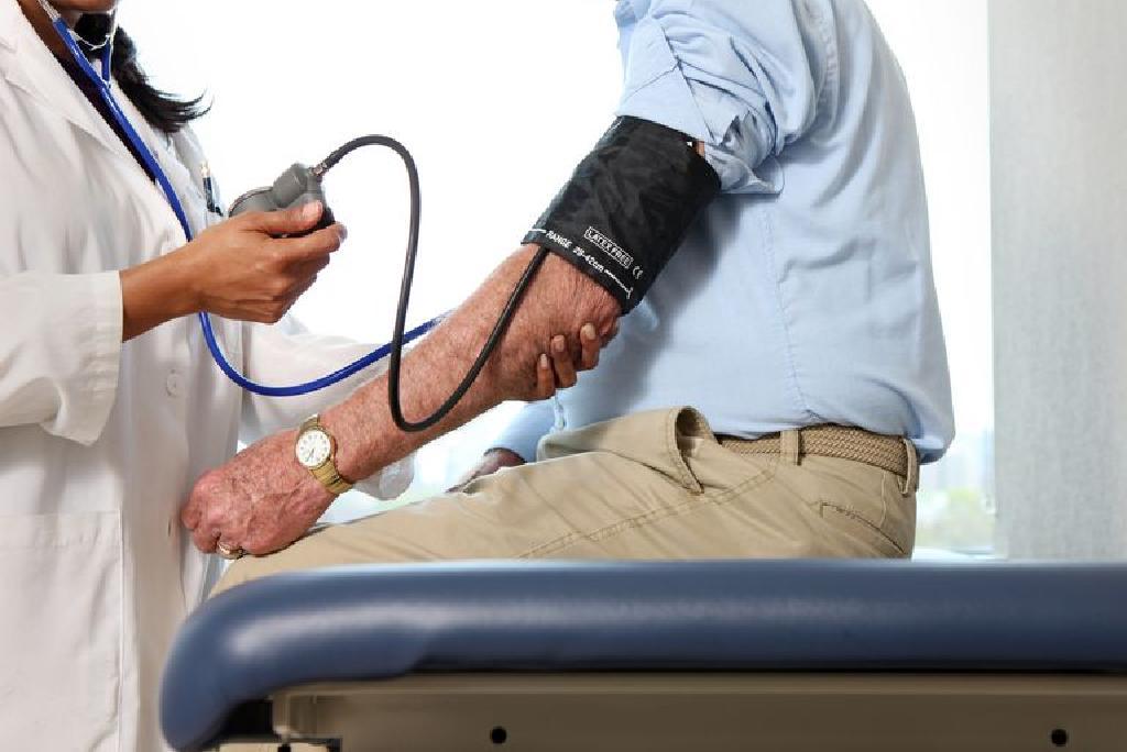 liječnik tretira hipertenzije
