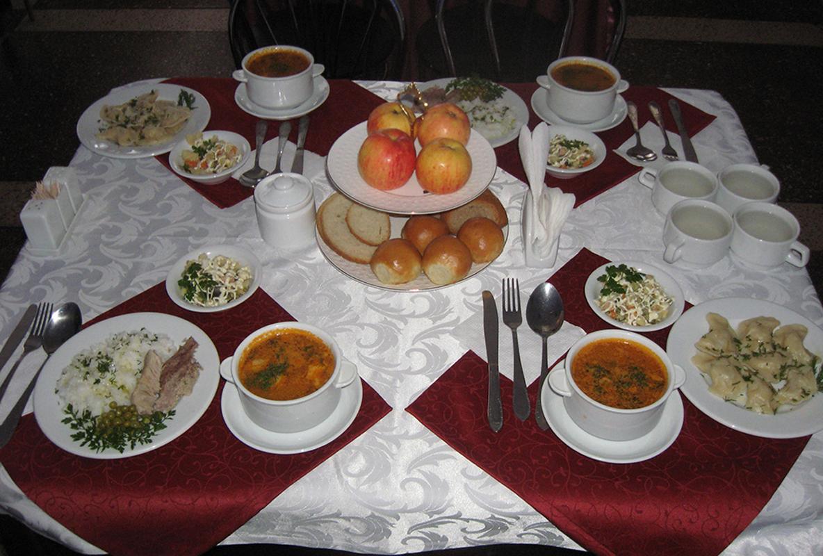 Uklanjanje soljenki sa stolova restorana