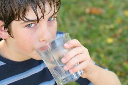 Hipertenzija piti više ili manje vode